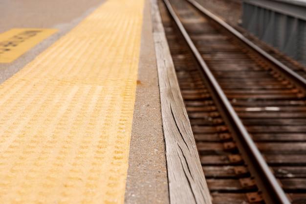 Primer plano de ferrocarriles con fondo borroso