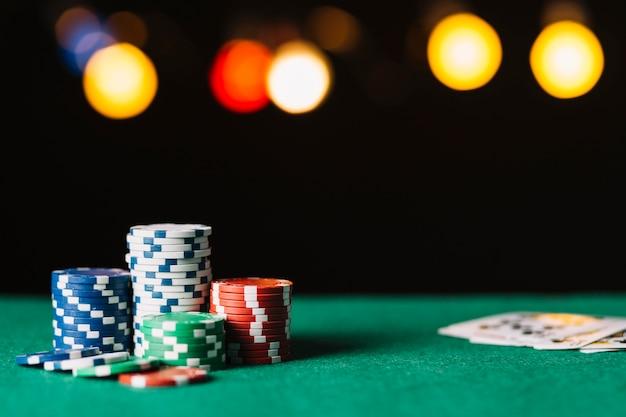 Primer plano de fichas de póquer en superficie verde