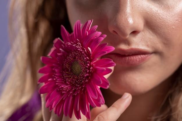 Primer plano de flor de crisantemo en manos de la mujer