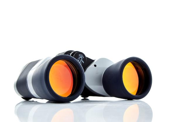 Primer plano de fondo blanco binoculares