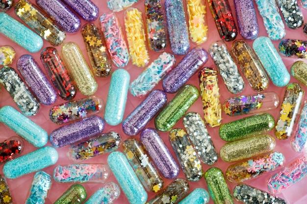 Primer plano de fondo brillante reluciente brillante cápsula píldoras