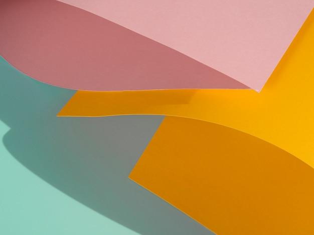 Primer plano de formas abstractas de papel doblado con sombra