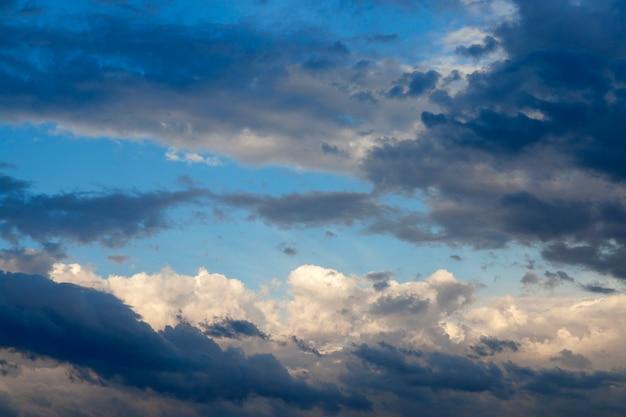 Primer plano fotografiado de nubes blancas en el cielo azul, profundidad de campo