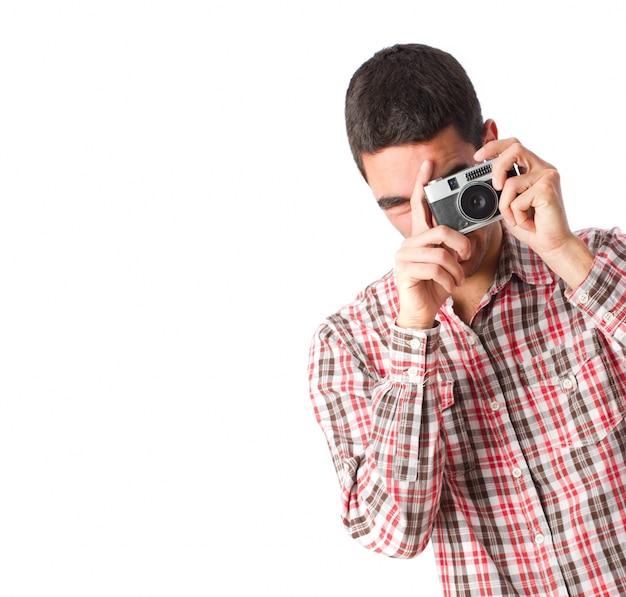Primer plano de fotógrafo comprobando su cámara
