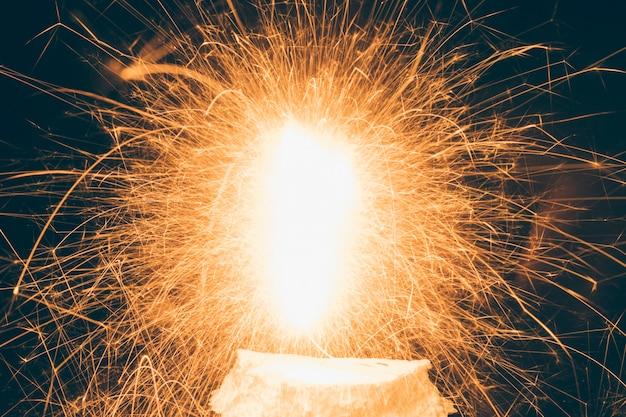 Primer plano de fuegos artificiales iluminados durante el festival