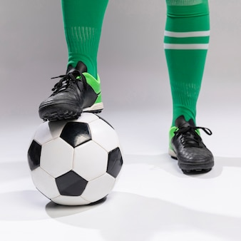 Primer plano futbolista con balón de fútbol