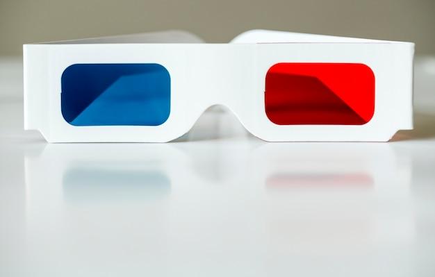 Primer plano de gafas 3d y concepto de entretenimiento