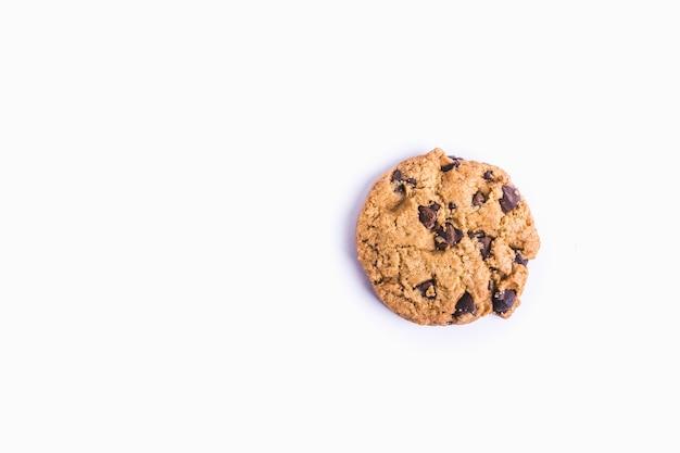 Primer plano de una galleta con chispas de chocolate aislado
