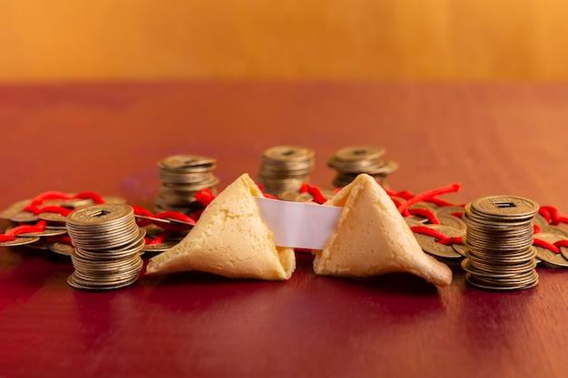 Primer plano de la galleta de la fortuna del año nuevo chino con monedas