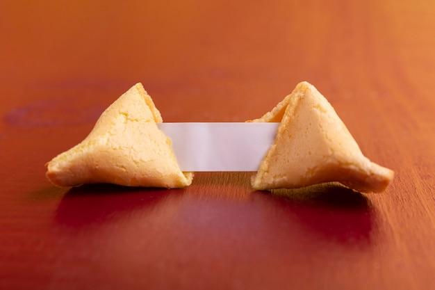 Primer plano de la galleta de la fortuna del año nuevo chino