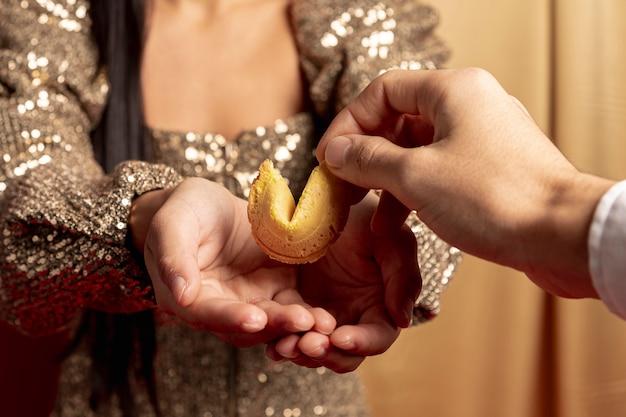 Primer plano de la galleta de la fortuna de regalos para el año nuevo chino