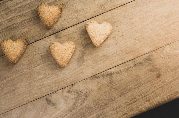 Primer plano de galletas en forma de hogar sobre fondo de madera