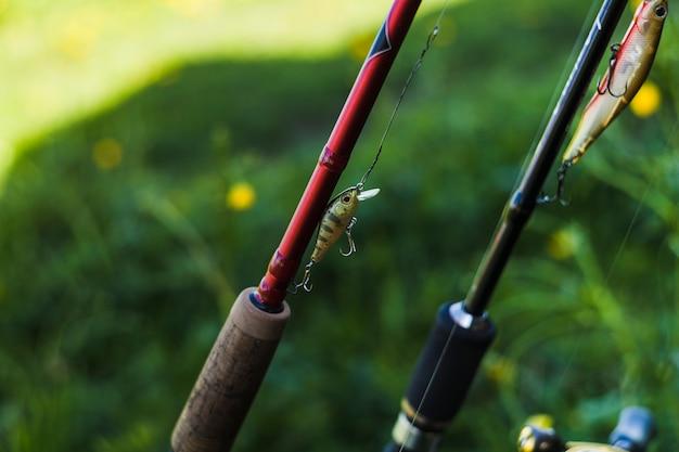 Primer plano de gancho de pesca en la caña de pescar
