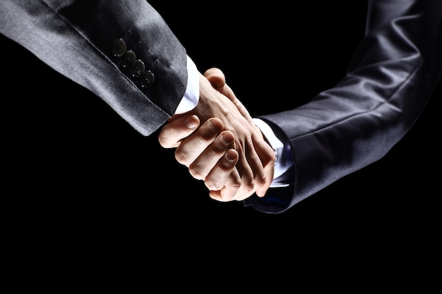 Primer plano de gente de negocios dándose la mano para confirmar su asociación