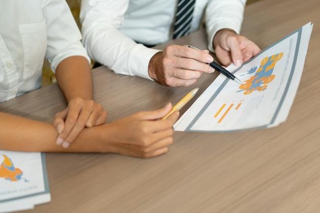 Primer plano de gerentes multiétnicos hablando de ventas internacionales