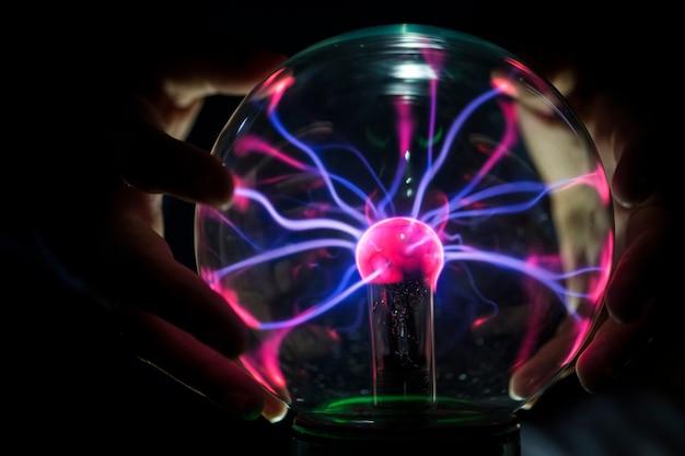 Primer plano de un globo de plasma en la oscuridad