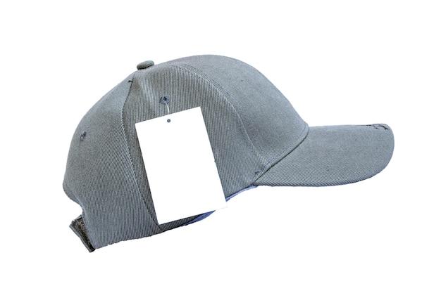 Primer plano de la gorra gris de moda aislada sobre fondo blanco.