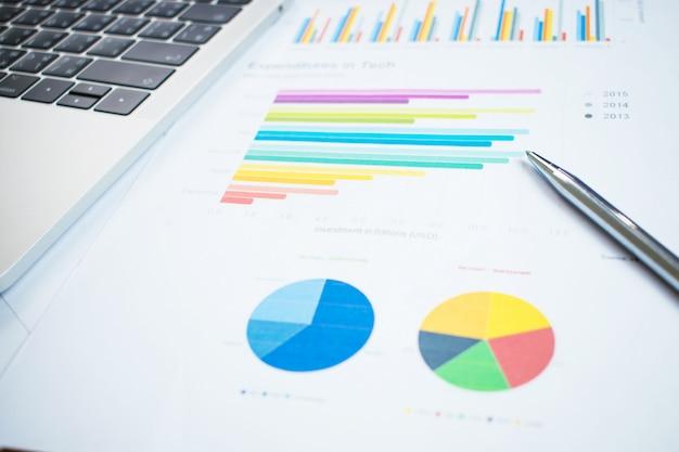 Primer plano de gráficos financieros sobre situaciones de mercado conceptos de finanzas empresariales.