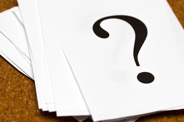 Primer plano de una gran cantidad de papel con signo de interrogación