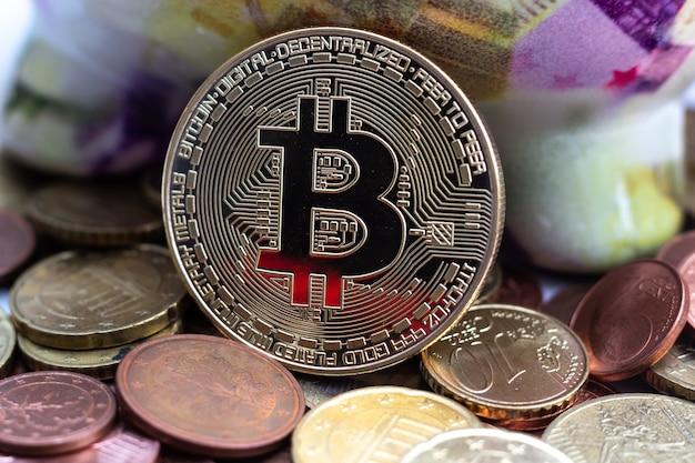 Primer plano de una gran moneda rodeada por muchos otros