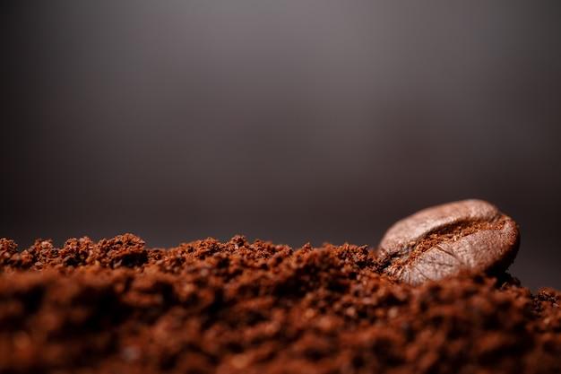 Primer plano de los granos de café en el montón mixto de café tostado