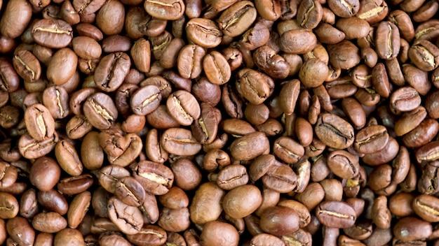 Primer plano de granos de café sobre la mesa. enfoque selectivo. naturaleza