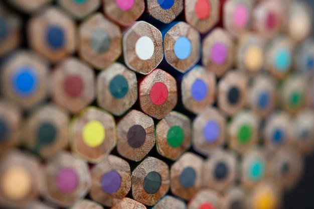 Primer plano con un grupo de lápices de colores, foco seleccionado, rojo