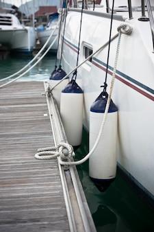 Primer plano de los guardabarros laterales del velero. protección de embarcaciones