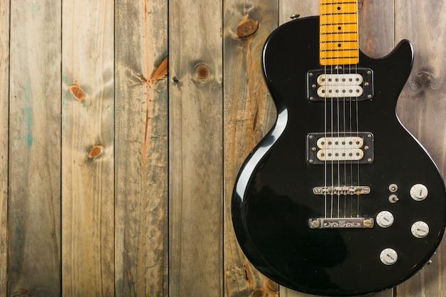 Primer plano de la guitarra eléctrica clásica en mesa de madera
