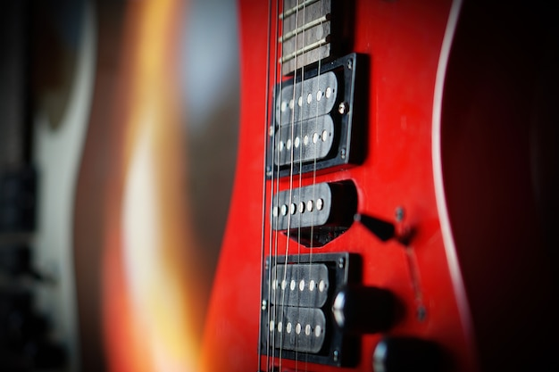 Primer plano guitarra eléctrica rayos de sol tarjeta musical. instrumento musical de cuerda.