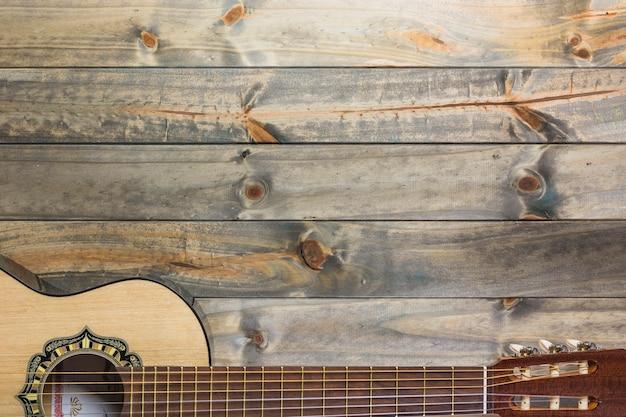 Primer plano de la guitarra en la mesa de madera