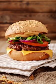 Primer plano de una hamburguesa casera en madera