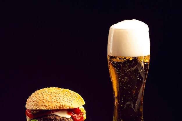 Primer plano de hamburguesa y cerveza