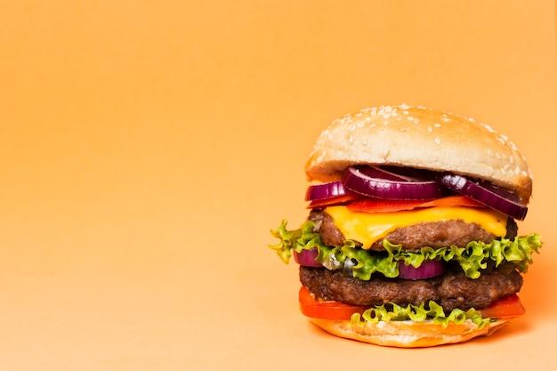 Primer plano de hamburguesa con espacio de copia