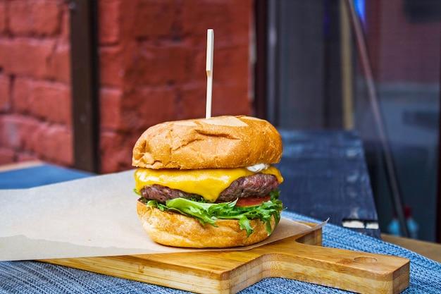 Primer plano de hamburguesa fresca cocida en la mesa en un restaurante