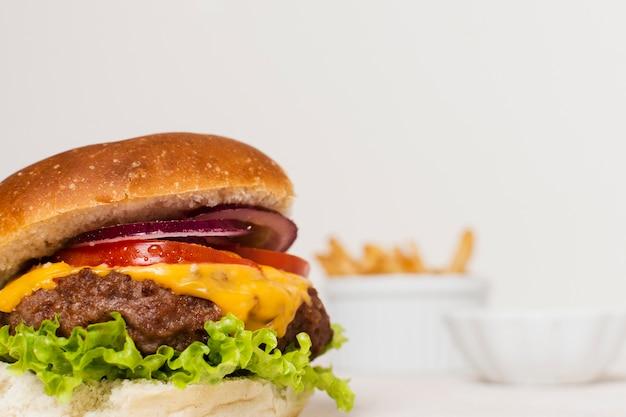 Primer plano de hamburguesa con papas fritas