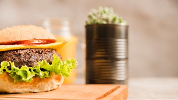 Primer plano, de, hamburguesa, en, tablade picar