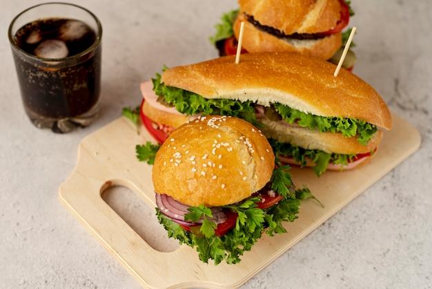 Primer plano de hamburguesas y sandwich