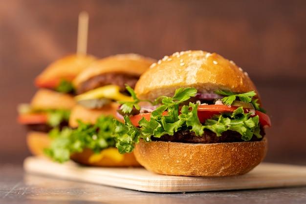 Primer plano de hamburguesas en tabla de cortar