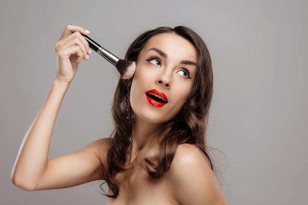Primer plano hermosa chica con hermoso maquillaje.