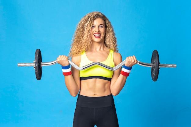 Primer plano de una hermosa mujer rubia con entrenamiento de estilo de vida y ejercicios de culturismo