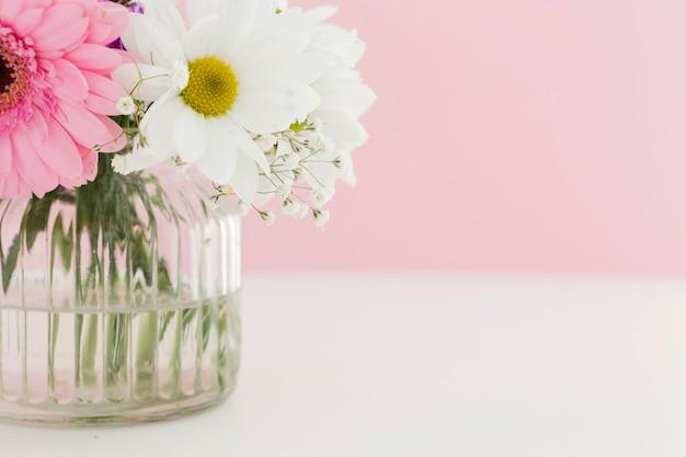 Primer plano con hermosas flores de primavera en un florero