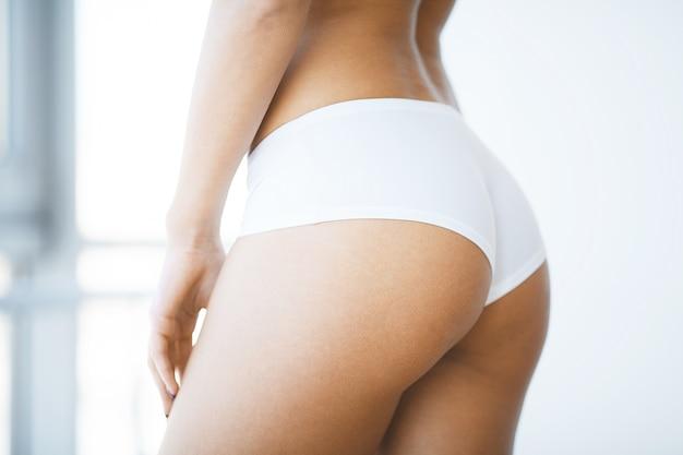 Primer plano de hermoso cuerpo de mujer delgada con las nalgas sexy, gran culo