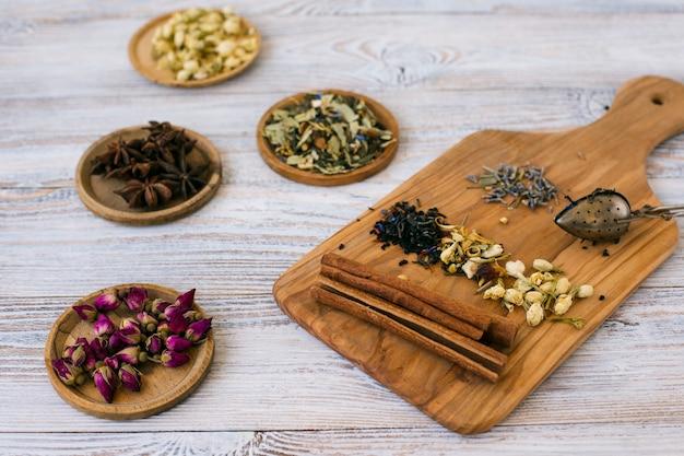 Primer plano de hierbas aromáticas y especias