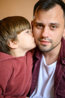 Primer plano, hijo, besar, padre