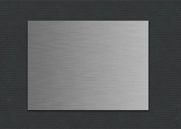 Primer plano de una hoja de metal sobre un fondo de cuero gris