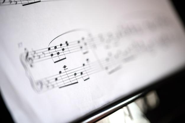 Primer plano de hoja de piano de música, profundidad de campo
