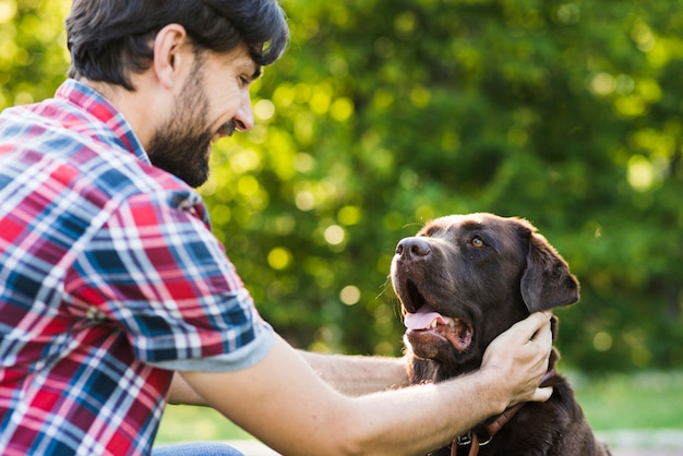 Primer plano de un hombre acariciando a su perro