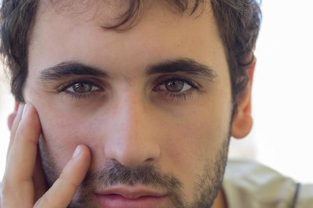 Primer plano del hombre con barba y ojos claros