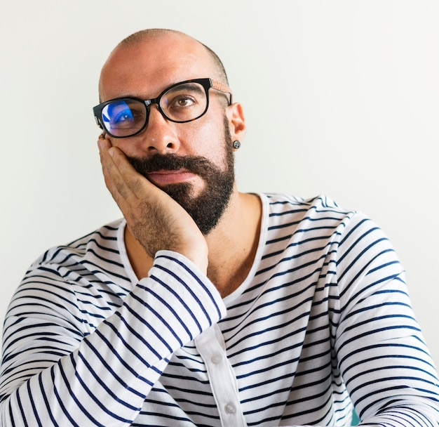 Primer plano de hombre barbudo que parece aburrido